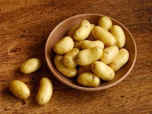 Mit einer Kartoffelschälmaschine lassen sich Kartoffeln schnell schälen