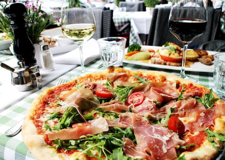 Abendessen mit Pizza